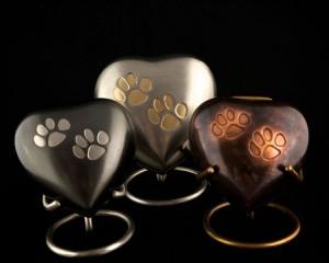 Metalen urn hartvorm