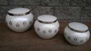 Urn in bolvorm met pootafdrukjes